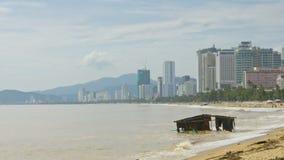 Restos arruinados lavado de la casa de las olas oceánicas en la playa después del tifón