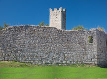 Restos da parede e da torre da cidade Fotos de Stock