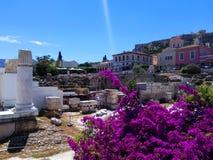 Restos de la biblioteca de Handrian en el distrito de Plaka Hermosa vista en el cuadrado de Monastiraki, Atenas Grecia fotos de archivo