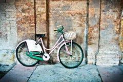 Restos de la bicicleta en la pared Imagen de archivo libre de regalías