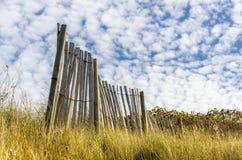 Restos de la cerca vieja en el prado Fotografía de archivo