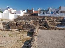 Restos de la civilización romana cerca de las casas Fotos de archivo libres de regalías
