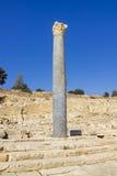 Restos de la columna con Chapiter en las ruinas de la ciudad antigua Imagen de archivo libre de regalías