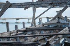 Restos de la madera abandonada del barco en la orilla del mar fotografía de archivo