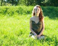Restos de la muchacha en prado de la hierba Imagen de archivo libre de regalías