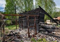Restos de quemado abajo de casa Imagen de archivo libre de regalías