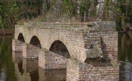 Restos de Roman Aqueduct idoso, em um lago na água de Colônia, Alemanha foto de stock royalty free