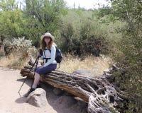 Restos de um caminhante da mulher na área da conservação do rancho da cruz do dente reto imagens de stock