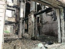 Restos de uma casa destru?da viva imagens de stock