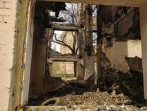 Restos de uma casa destru?da viva fotografia de stock royalty free