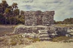Restos de un pequeño edificio que data de la civilización maya fotografía de archivo