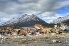 Restos de una mina abandonada del amianto imágenes de archivo libres de regalías