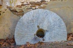 Restos de una muela abrasiva de piedra vieja Fotos de archivo