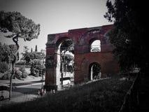 Restos del acueducto en filtro rojo de Roma, Italia fotos de archivo