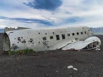 Restos del aeroplano estrellado en la costa de Islandia imagenes de archivo
