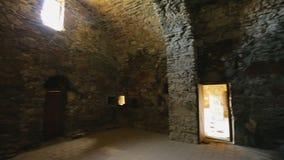 Restos del castillo de piedra antiguo dentro de la visión, herencia arquitectónica, historia almacen de video