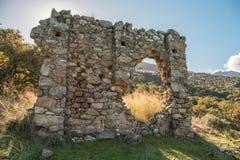 Restos del edificio de piedra antiguo en Córcega foto de archivo libre de regalías