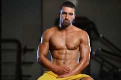 Restos del hombre en el gimnasio después que tiene un entrenamiento Fotografía de archivo libre de regalías
