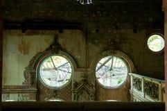 Restos del interior abandonado de la casa del chalet demolido en la guerra y dejado al hundimiento Imágenes de archivo libres de regalías