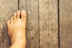 Restos del pie en el piso de madera viejo imagenes de archivo