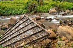 Restos del tejado en el río de la montaña de Tailandia Imagen de archivo libre de regalías