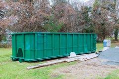 Restos do desperdício da construção um recipiente de construção, tijolos do lixo e material da casa demulida imagem de stock royalty free