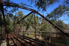 Restos esqueléticos del puente abandonado Fotografía de archivo libre de regalías