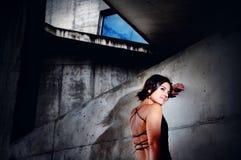Restos hermosos de la muchacha contra un muro de cemento Moda urbana, forma de vida imágenes de archivo libres de regalías