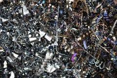 Restos industriais rejeitados coloridos do desperdício da sucata, aparas espirais e arquivamentos foto de stock royalty free