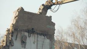 Restos potentes de la devastación del excavador del edificio arruinado viejo, hundimiento de la pared almacen de metraje de vídeo