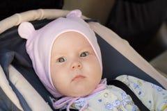 Restos recém-nascidos pequenos do bebê no banco de carro Imagens de Stock