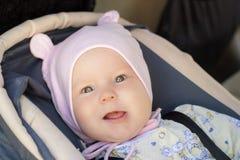 Restos recém-nascidos pequenos do bebê no banco de carro Fotografia de Stock Royalty Free
