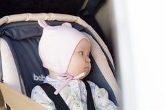 Restos recém-nascidos pequenos do bebê no banco de carro Imagem de Stock