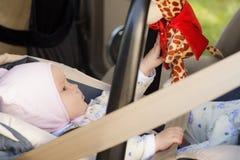 Restos recém-nascidos pequenos do bebê no banco de carro Fotografia de Stock