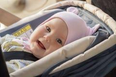 Restos recém-nascidos pequenos do bebê no banco de carro Fotos de Stock