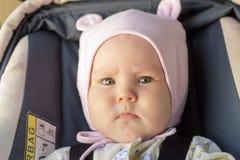Restos recém-nascidos pequenos do bebê no banco de carro Foto de Stock Royalty Free
