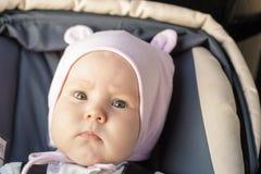 Restos recém-nascidos pequenos do bebê no banco de carro Foto de Stock