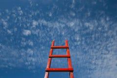 Restos vermelhos da escadaria contra o céu azul Conceito do crescimento da carreira da motivação do desenvolvimento imagens de stock