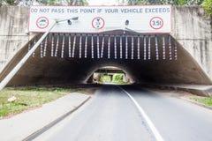 Restricciones de las advertencias del camino del túnel Imagenes de archivo