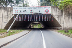 Restricciones del tamaño de la altura de las advertencias del túnel Imagen de archivo libre de regalías