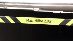 Restriction noire jaune de taille de barre 2,10 mètres banque de vidéos
