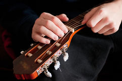 Restring一把古典吉他,关闭 图库摄影