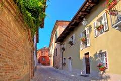 Restringa la via cobbled in città di Guarene, Italia. Fotografia Stock Libera da Diritti