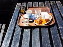 Restsnack auf dem Tisch in den Bergen Lizenzfreies Stockfoto