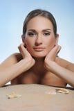 Restsng bonito da mulher na praia imagens de stock royalty free