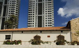Resturant dopo conservazione contro gli edifici alti moderni Immagine Stock Libera da Diritti