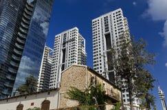 Resturant dopo conservazione contro gli edifici alti moderni Fotografie Stock