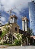 Resturant nach Bewahrung gegen moderne hohe Gebäude Stockfotos