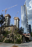 Resturant nach Bewahrung gegen moderne hohe Gebäude Lizenzfreie Stockfotos