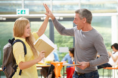Resultado bem sucedido do exame de Congratulating Pupil On do professor Imagem de Stock Royalty Free